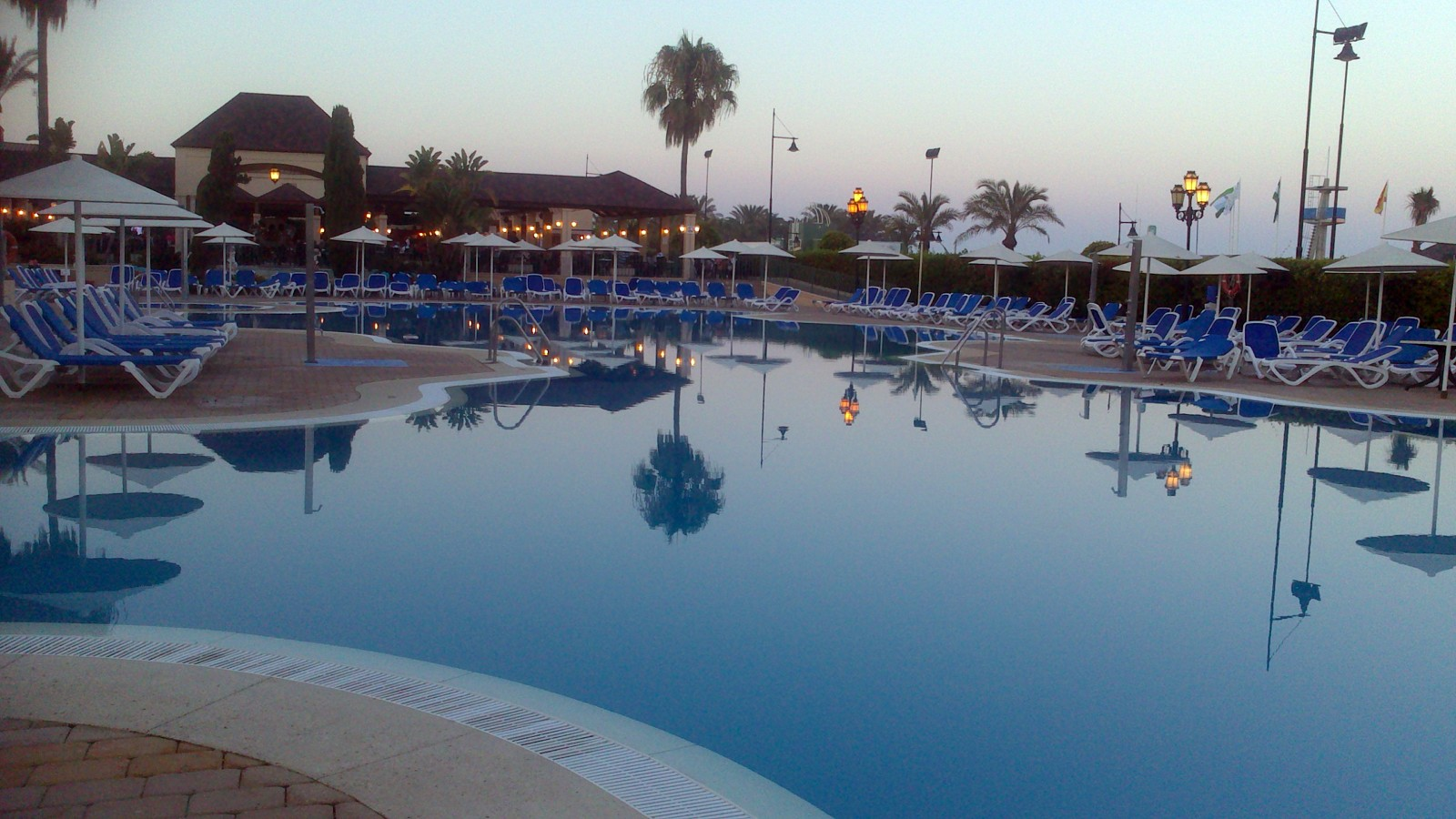 Foto piscina de forma de piscinas leal 416946 habitissimo for Piscinas publicas valencia