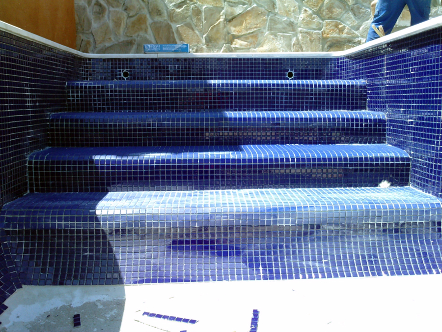 Foto piscina de gresite azul marino de piscinas el for Gresite para piscinas
