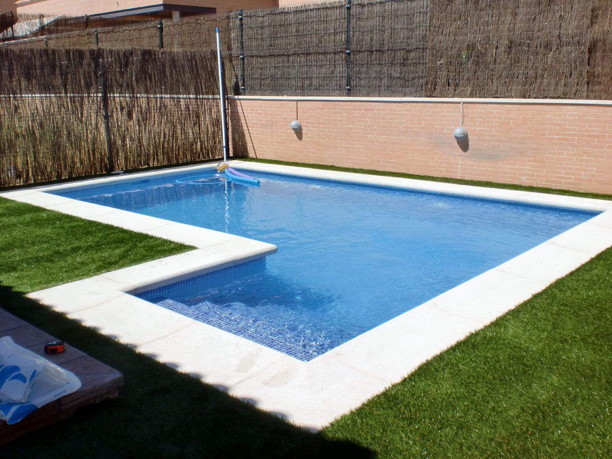 Foto piscina de hormig n gunitado con escalera lateral de for Costo piscinas hormigon