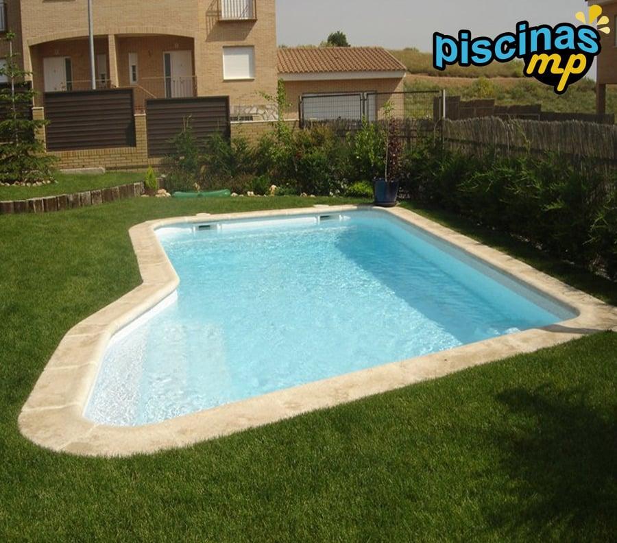 Foto piscina de poliester celeste con terminaci n en - Piscinas prefabricadas en valencia ...
