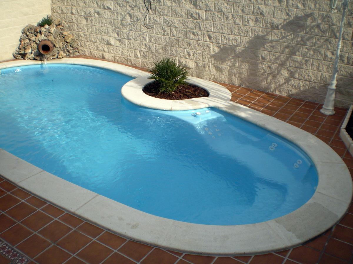 Foto piscina de poliester de piscinas y construcciones for Piscina poliester