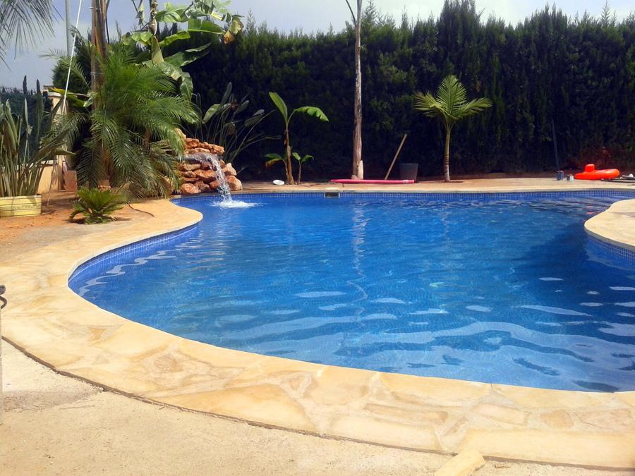 Foto piscina en forma de laguna de stefan druga 454069 for Formas de piscinas
