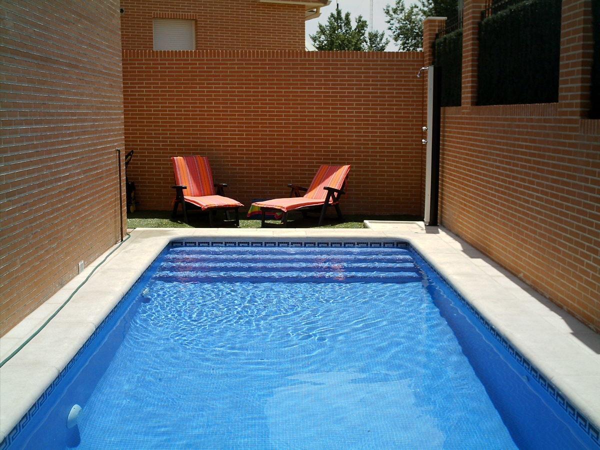 Foto piscina encajada entre muros de piscinas y - Piscinas prefabricadas valencia ...