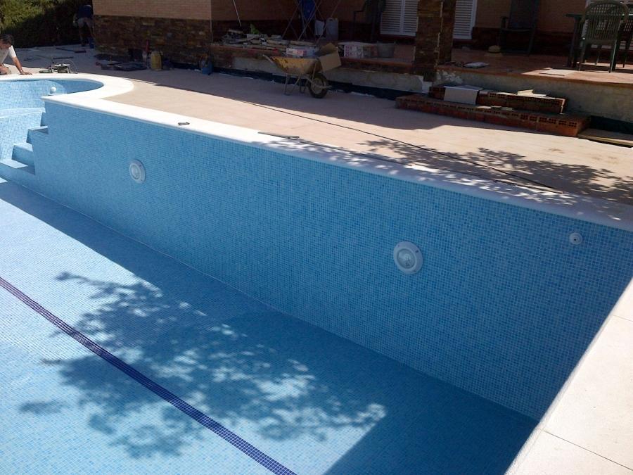 Foto piscina iluminada climatizada fabricada en muros for Piscina climatizada teruel