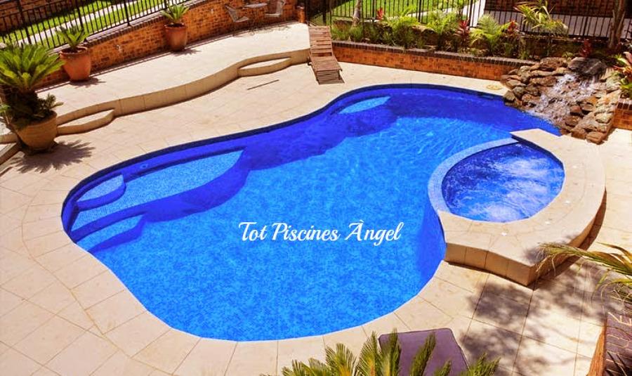 Foto piscina irregular con jacuzzi de tot piscines angel for Piscinas con jacuzzi incorporado