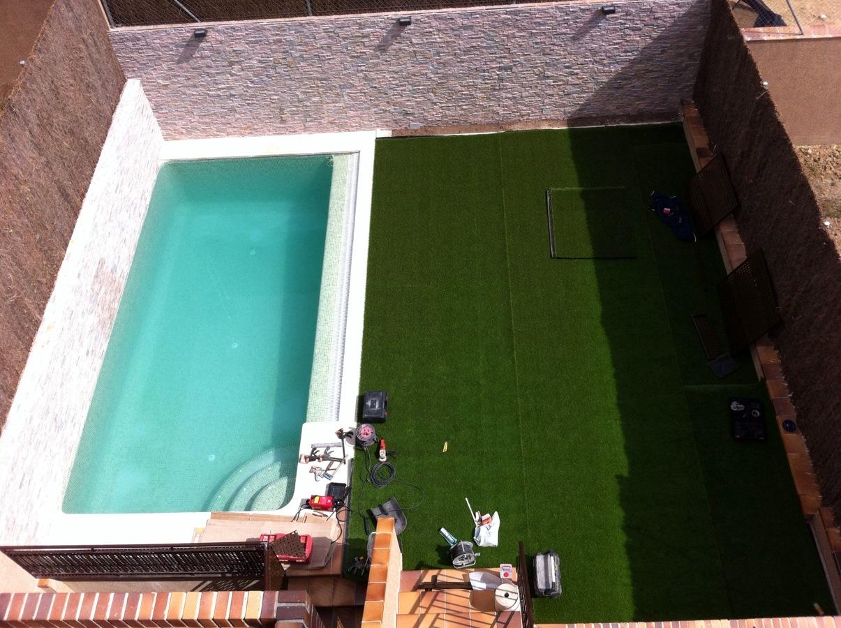 Foto construccion piscina y jardin cesped artificial las - Fotos de piscinas y jardines ...