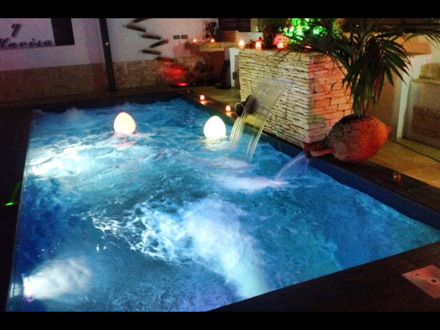 Foto piscina nueva con jacuzzi cascadas nataci n contra for Piscinas con jacuzzi y cascada