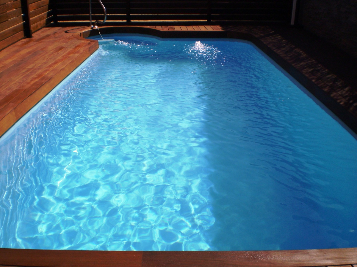 Foto piscina prefabricada de poliester de piscinas y for Piscina poliester
