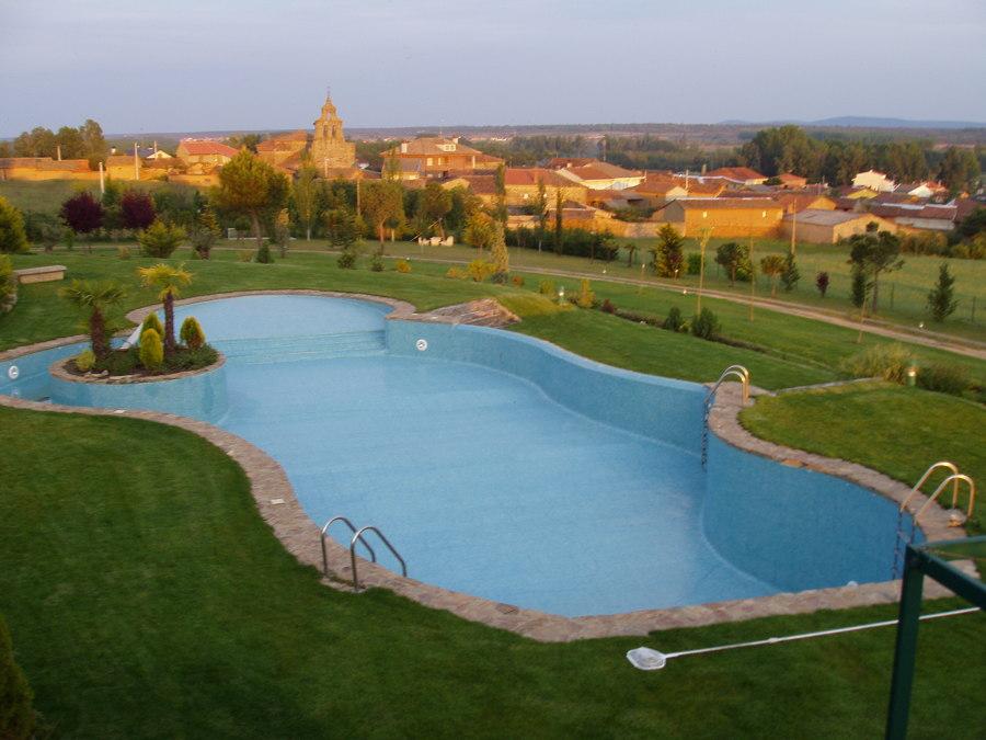 Foto piscina privada con isla de instalaciones deportivas for Isla leon piscina