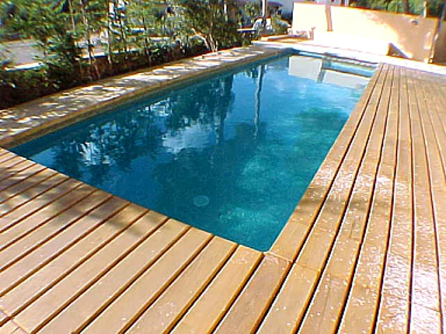 Foto piscina rectangular con terraza de tarima de for Piscina rectangular