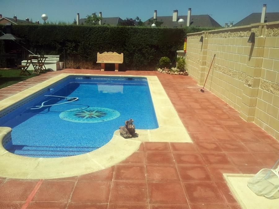 Foto piscina solado y muros de bloque de for Solados para piscinas