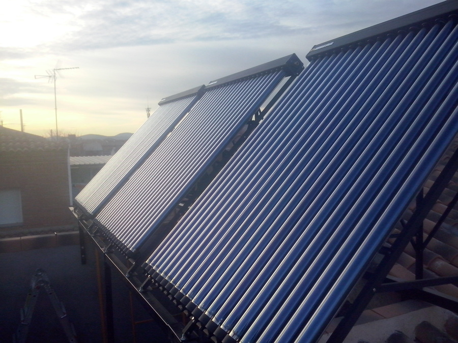 Foto instalaci n placas solares con tubos de vac o para for Placas solares para calentar agua