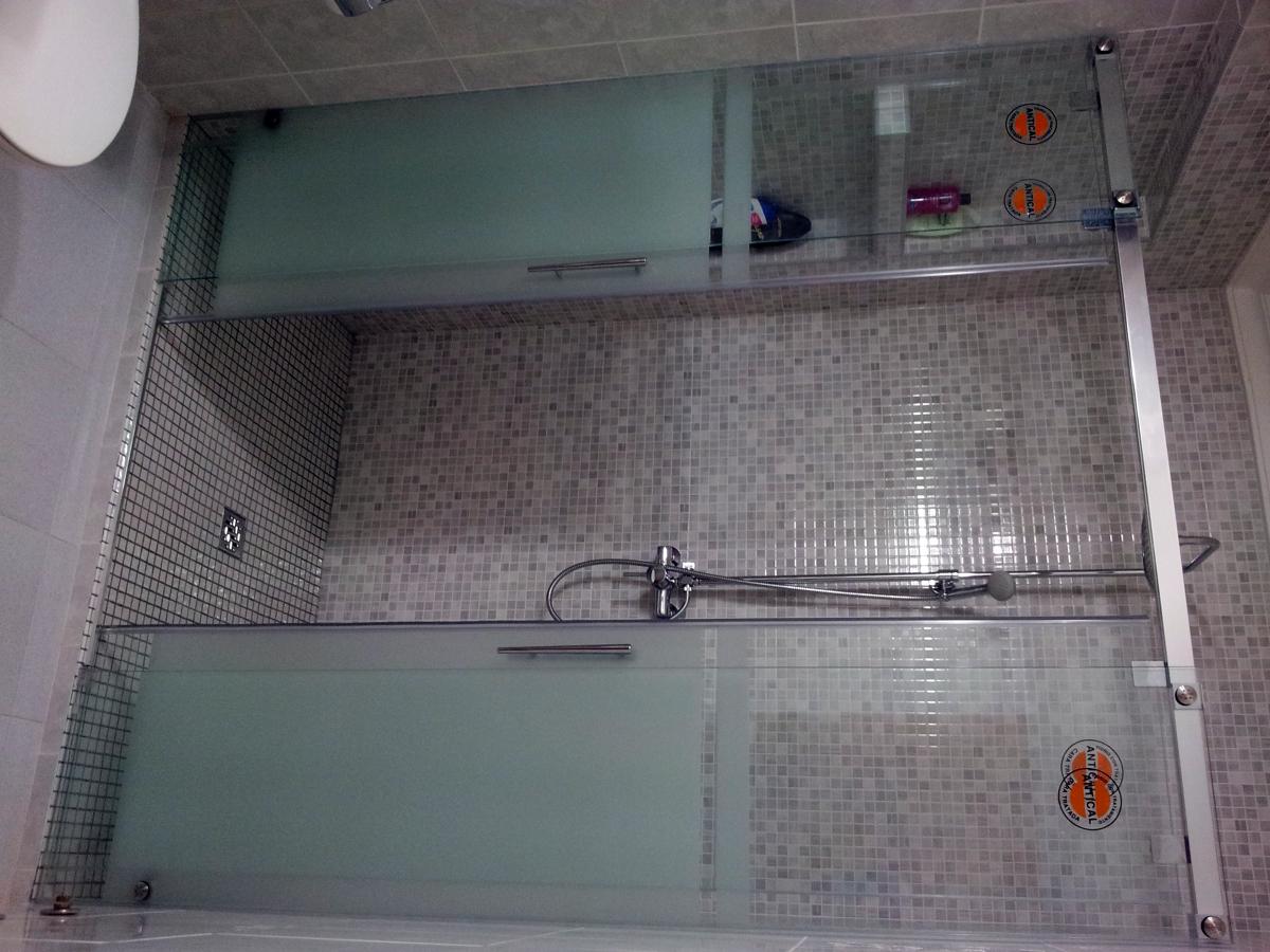 Foto plato de ducha con mampara antical de ads servicios - Plato ducha con mampara ...