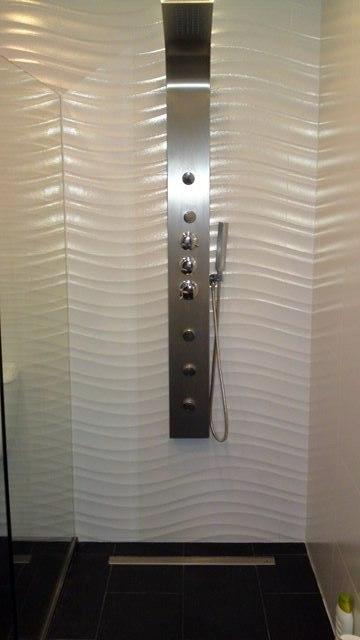 Foto plato de ducha de obra con azulejos en blanco con for Azulejos para duchas