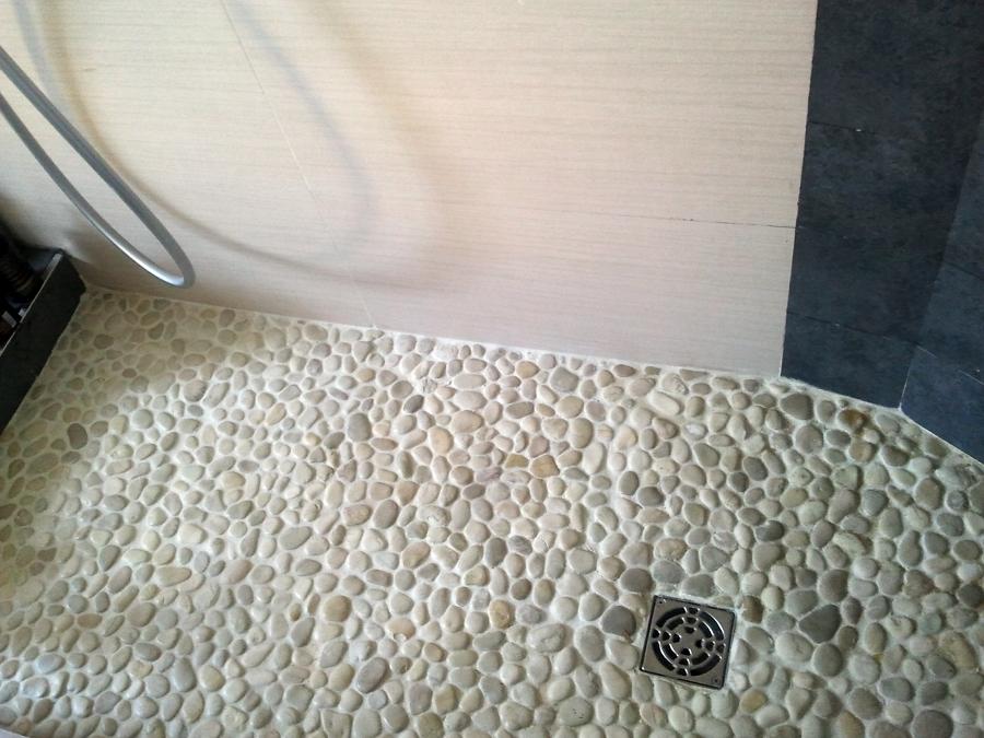 Foto plato de ducha de obra sistema shcluter de for Duchas rusticas piedra
