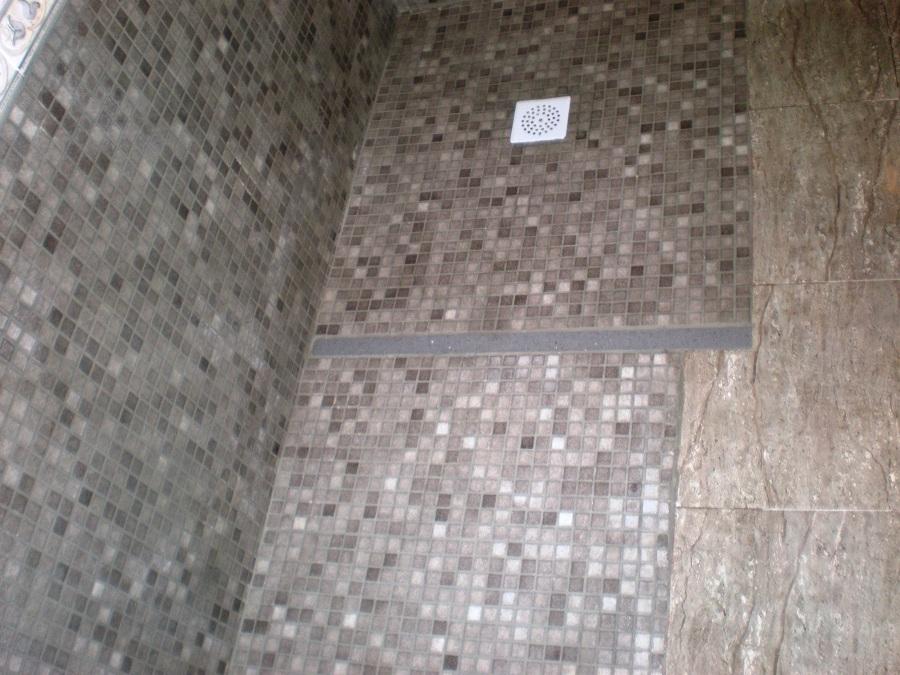 Foto plato de ducha de obra en piedras blancas de corema - Plato de ducha de silestone ...