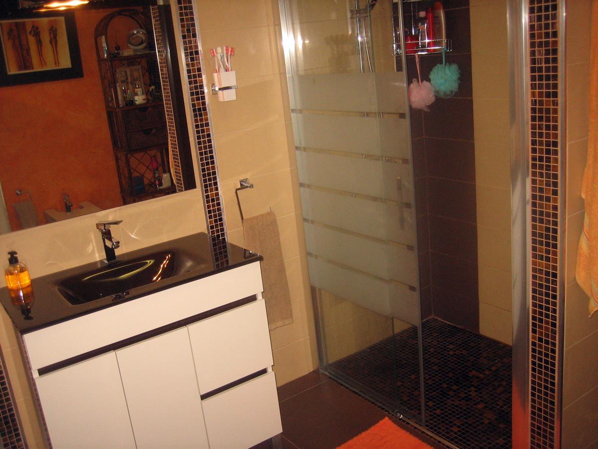 Plato de ducha encastrado al suelo con mampara