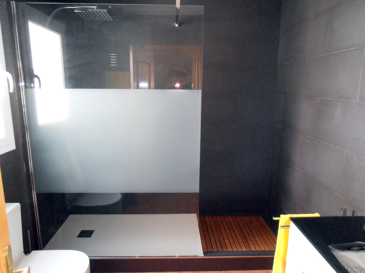 foto plato de ducha extraplano con tarima de madera de