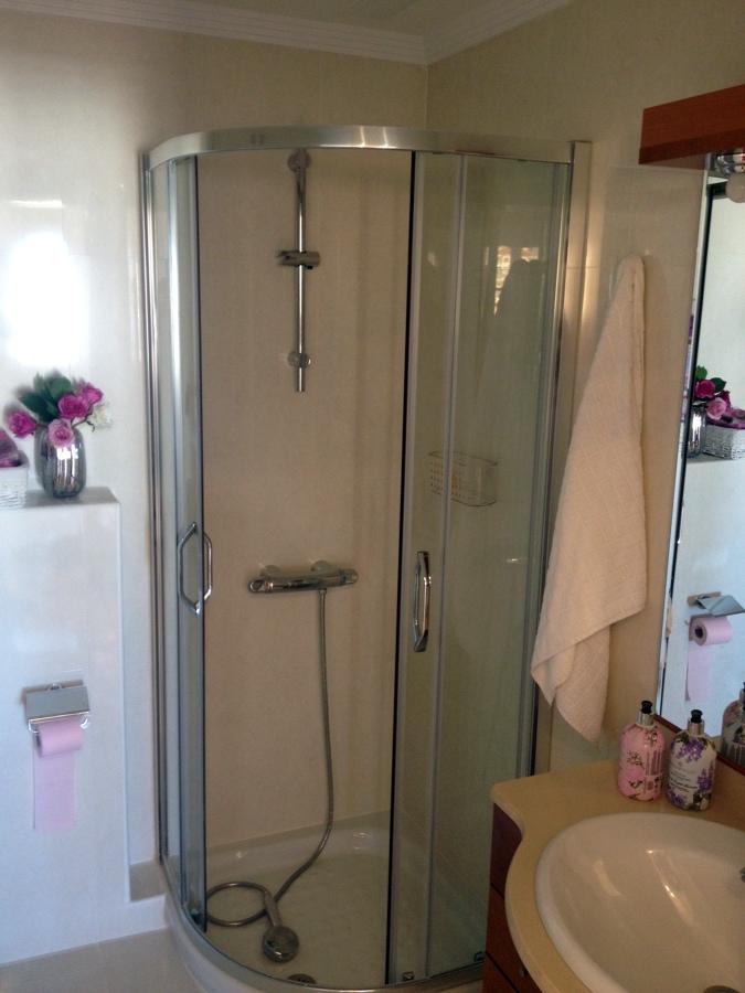 Foto plato ducha y mampara de serycom 418648 habitissimo - Mampara y plato de ducha ...