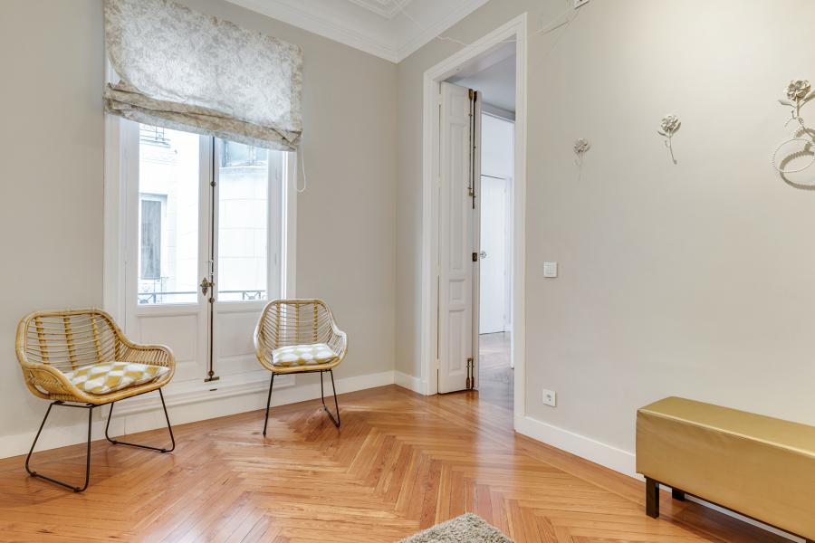 Habitación con parqué de madera natural