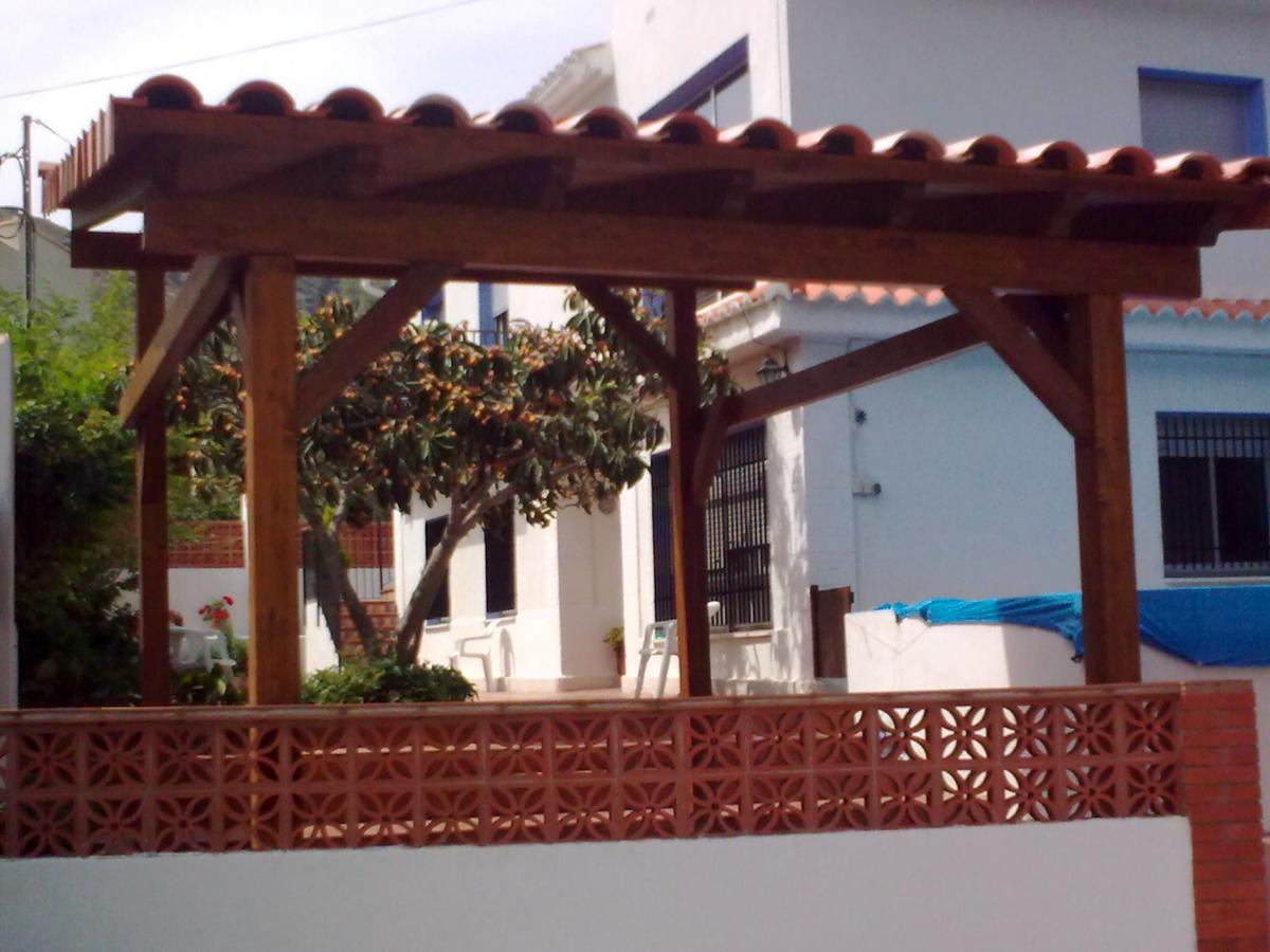 Foto porche de madera acabado con teja cer mica de - Construccion de porche de madera ...