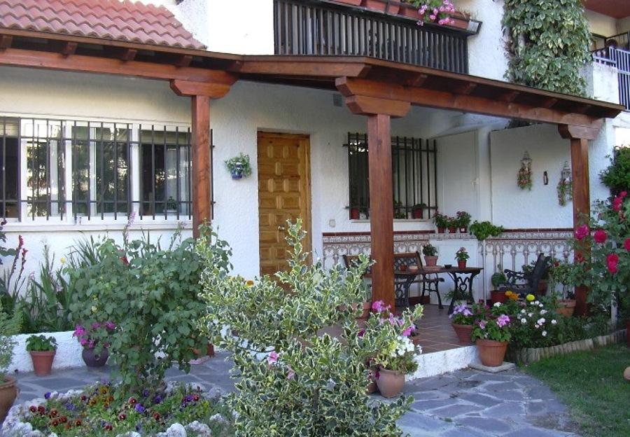 Foto porche de madera adosado de l n soluciones for Porche jardin madera