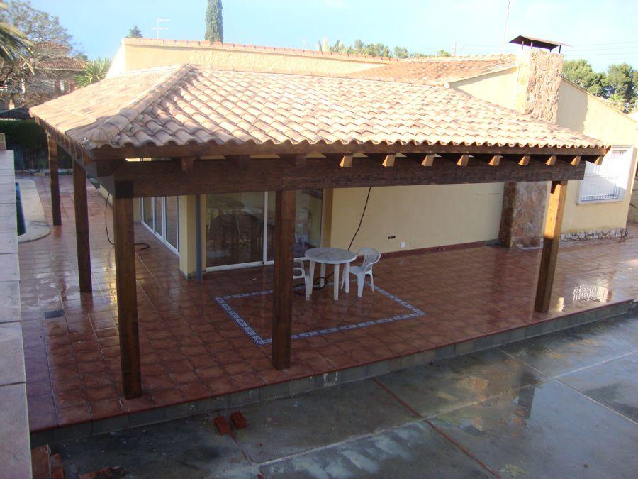 Foto porche de madera laminada con cubierta a dos aguas for Tejados de madera a dos aguas