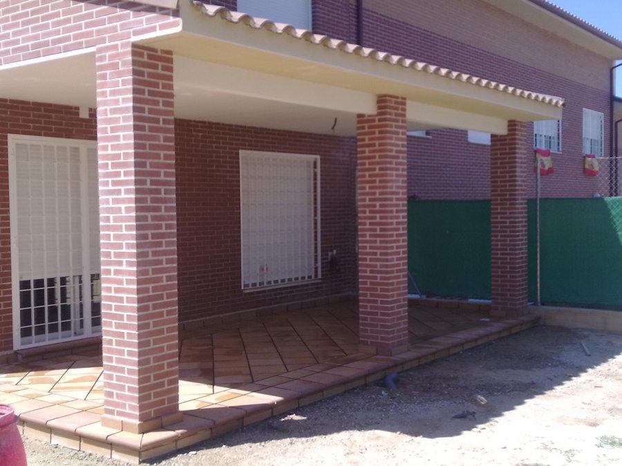 Detalle de porche aligerado con el tejado a un agua y con pavime
