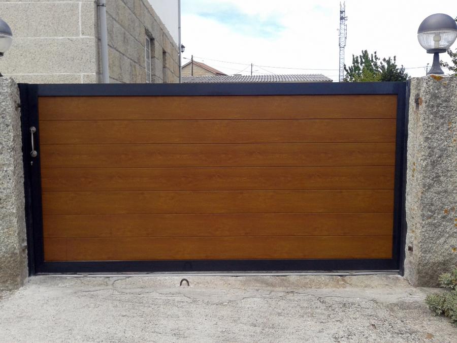Portal corredera de aluminio lamas lacado madera y marco lacado gris