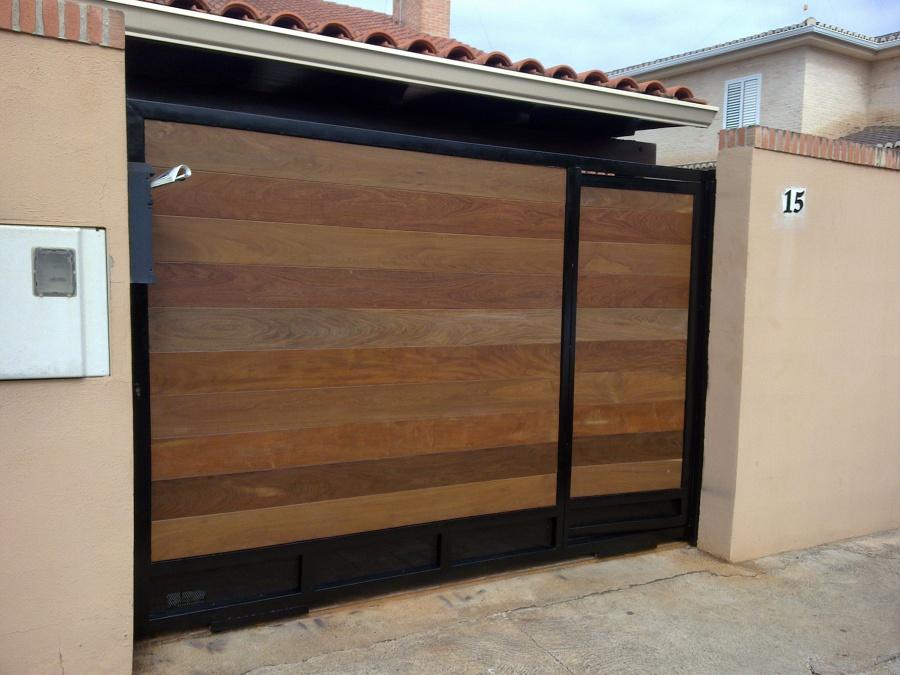 Puertas madera zaguanes portones carpinteria fina maderas for Modelos de portones de hierro