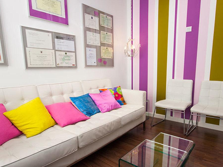 Recepción con pared y complementos a todo color