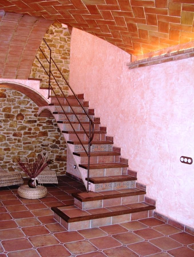 Foto escalera en hall casa de obra nueva estilo r stico - Escaleras de ladrillo ...