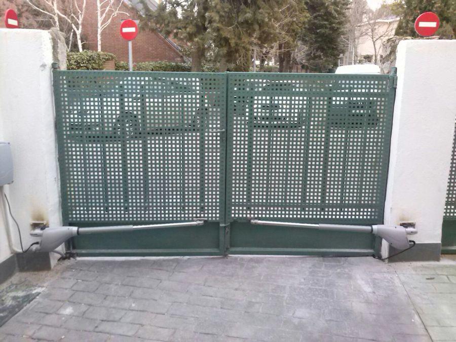 Foto puerta abatible de dos hojas automatizada de doortec - Puerta garaje abatible ...