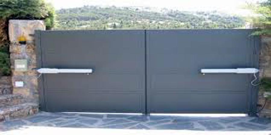 Foto puerta abatible de 2 hojas de chapa con cuarter n de for Puertas de cochera automaticas