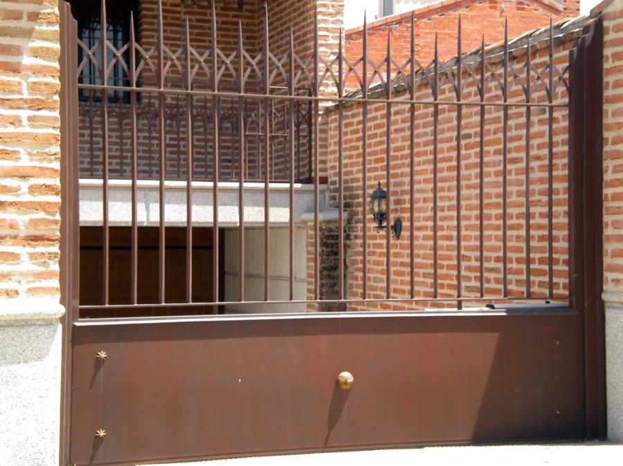 Foto puerta abatible garaje de cerrajeria magan y diaz s l 471000 habitissimo - Puerta garaje abatible ...
