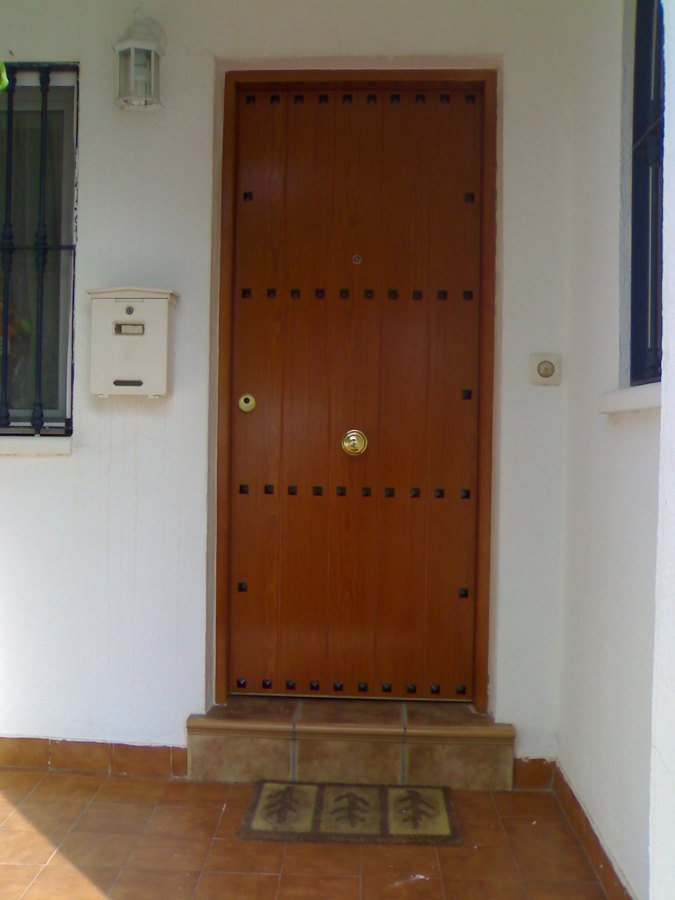 Puerta acorazada de exterior modelo rústico.