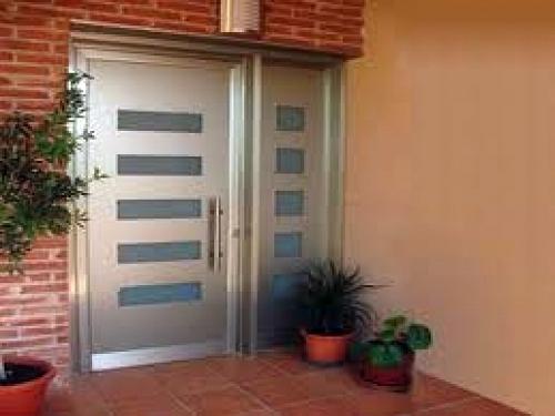 foto puerta aluminio gris de carpinteria metalica