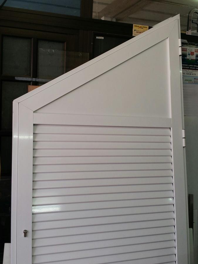 Foto puerta bajo escalera de aluminios placeres 541580 for Puertas debajo escalera