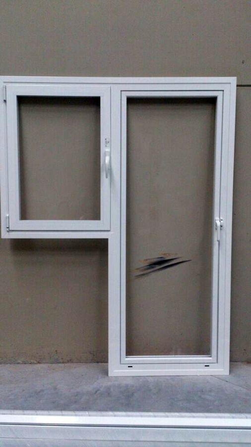 Puerta bandera de una hoja unida a ventana de una hoja oscilobatiente sin persiana.