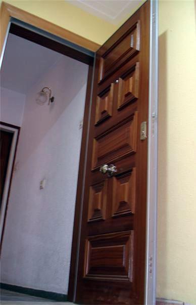 puerta blindada con cerradura de alta seguridad