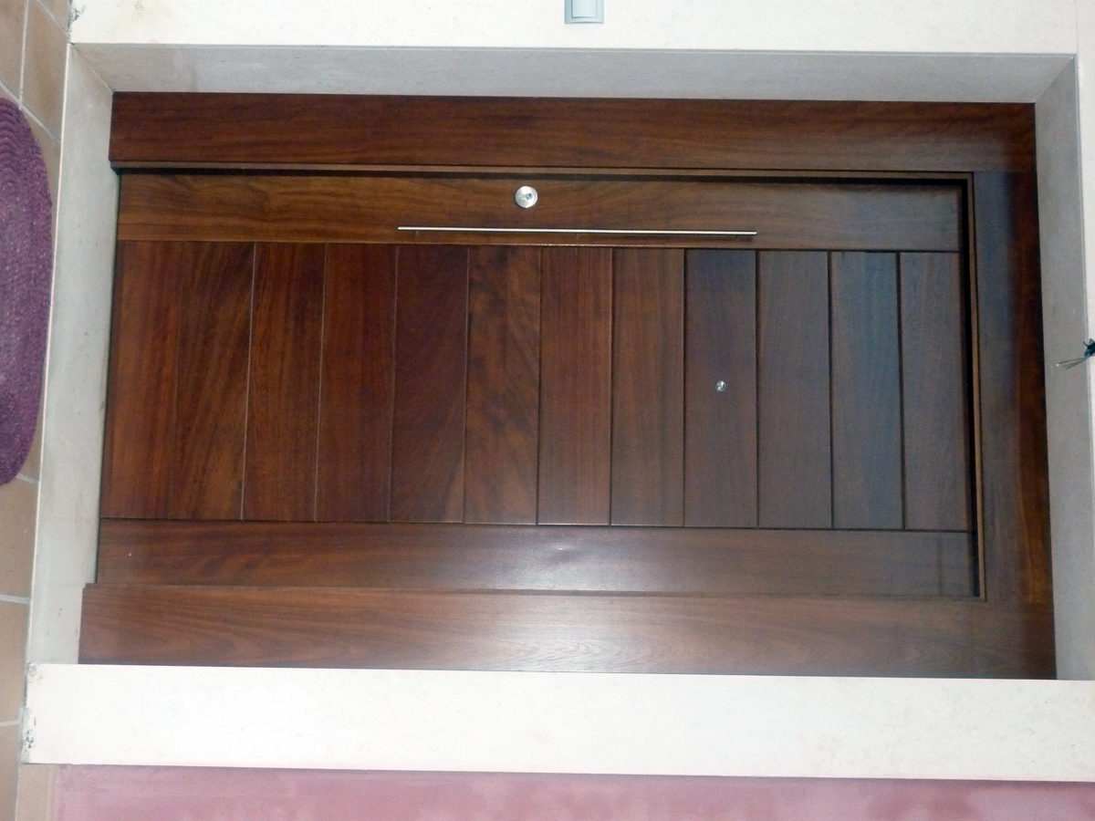 Foto puerta calle madera de molduras belis sl 207203 for Puertas de entrada de madera maciza