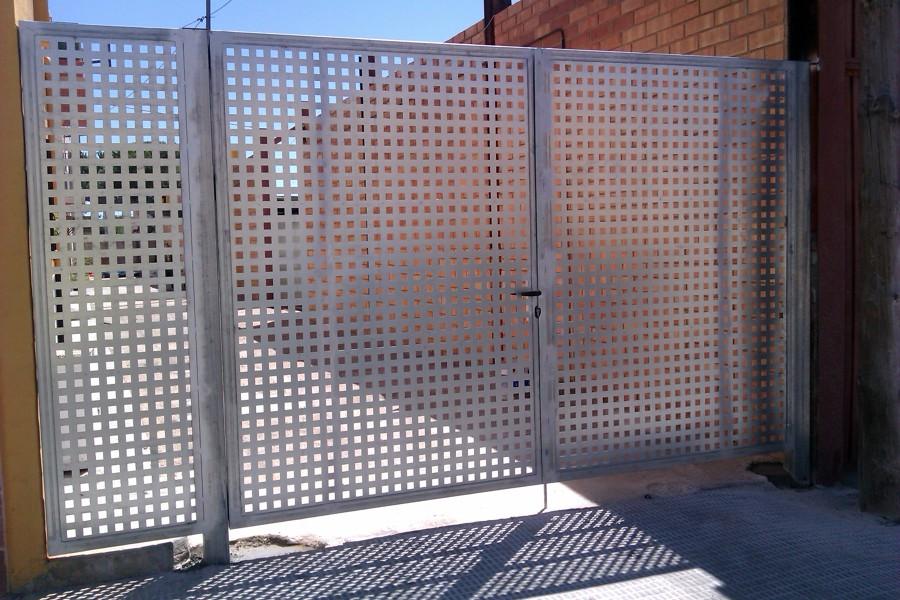 Foto puerta chapa perforada de siscierre sl 448243 for Puertas de chapa para exterior