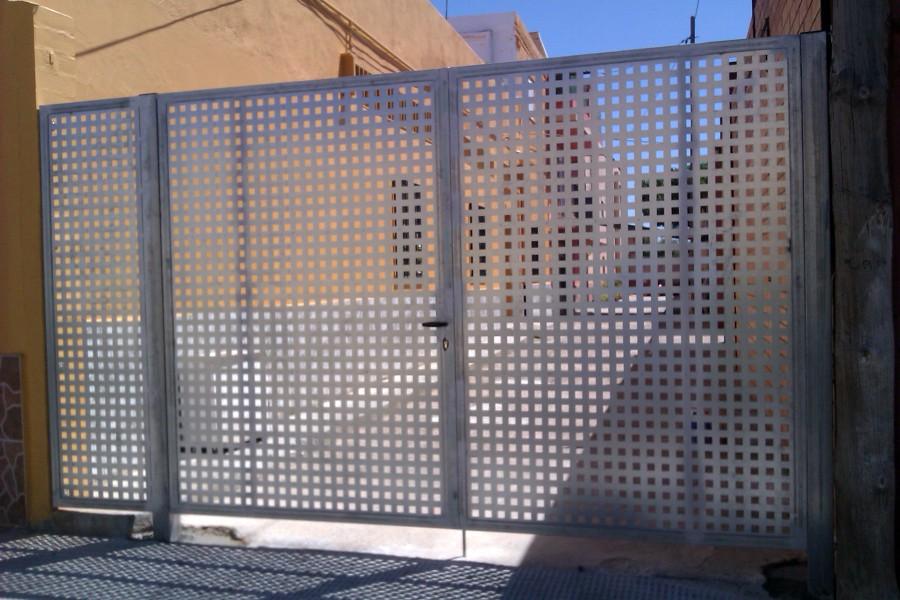 Foto puerta chapa perforada de siscierre sl 448247 - Puertas de chapa galvanizada precios ...