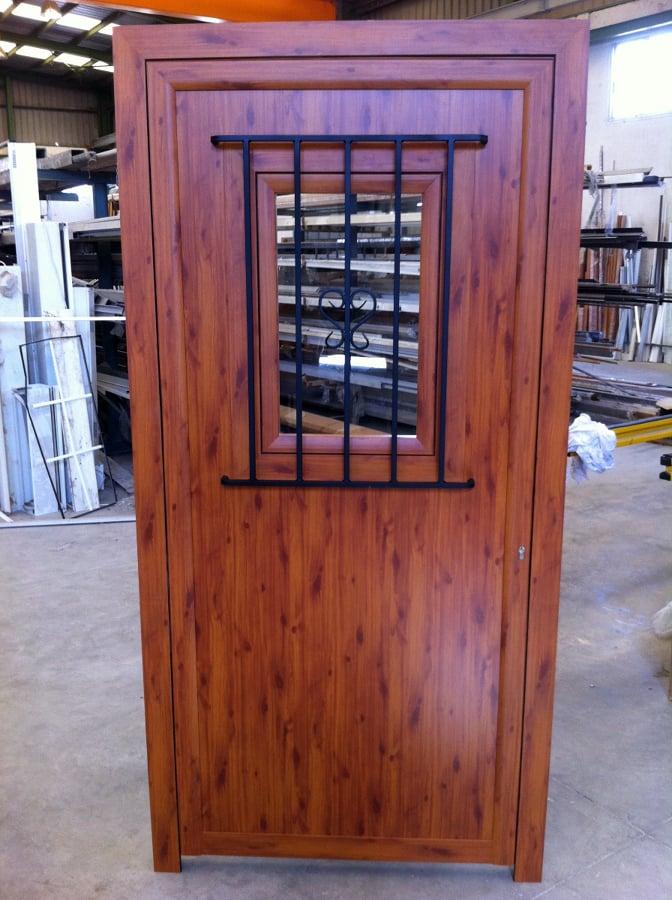 Foto puerta color madera con reja met lica de sez s l - Puertas con cristales de colores ...
