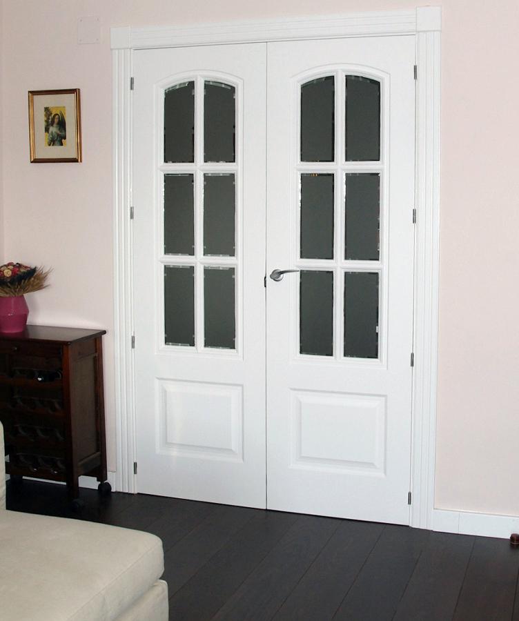 Foto puerta comedor doble lacada con cristal de macape for Casas con puertas blancas