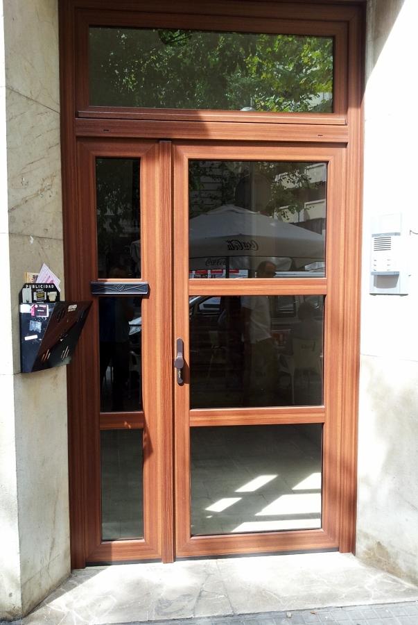 Puerta comunidad pvc Schüco color caoba