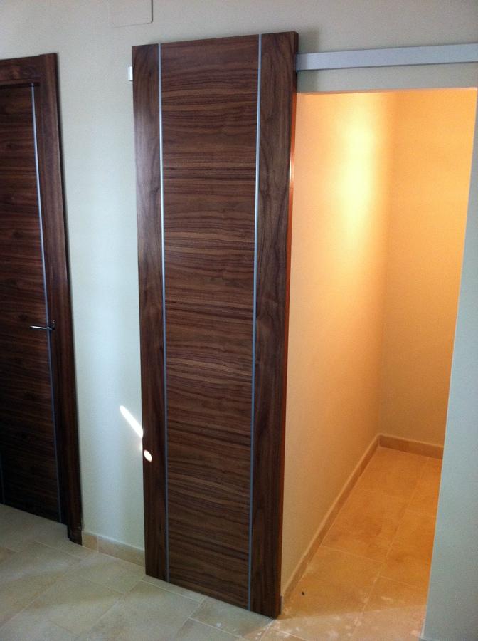 Foto puerta corredera con guia exterior de carmadec - Guias para puerta corredera ...