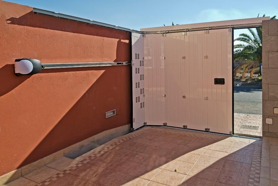 Foto puerta corredera curva en aluminio de portore s a for Puertas de garaje precios