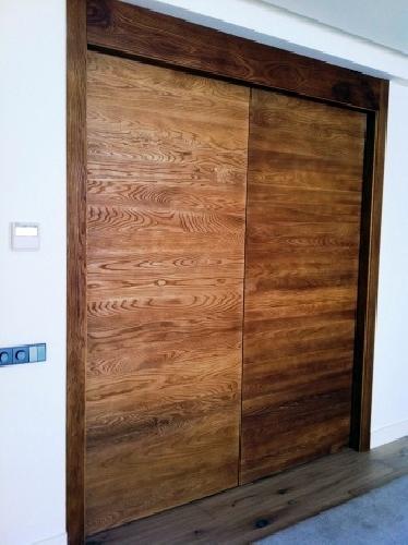 Foto puerta corredera de madera maciza de grupo tecnowood for Correderas para puertas de madera