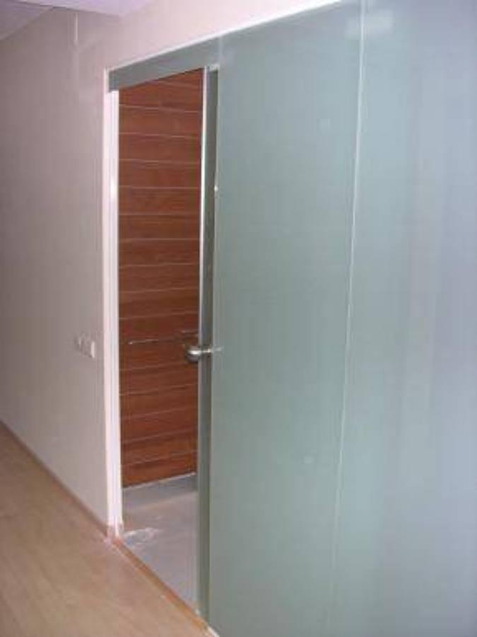Foto puerta corredera de vidrio templado mate de aluminis for Puerta cristal templado